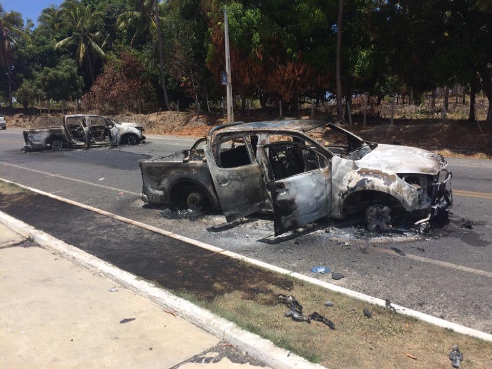 Criminosos queimaram dois carros na estrada que liga Porto a Serrambi