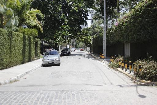 Rua Jorge de Albuquerque, onde o arquiteto foi assaltado na entrada do prédio. Fotos: Marlon Diego/Esp/DP