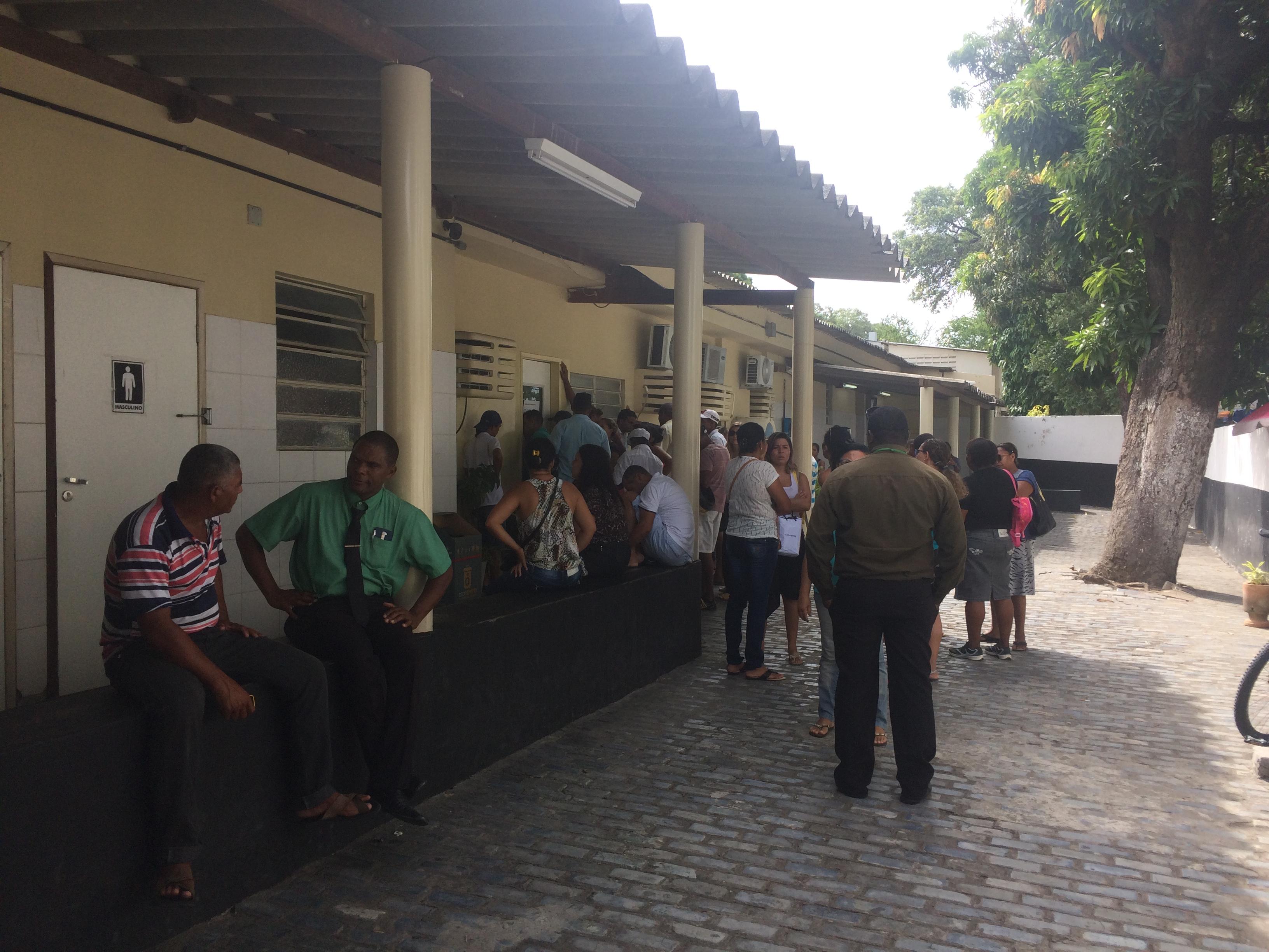 Dezenas de pessoas estavam na portaria do IML na tarde desta segunda-feira. Foto: Wagner Oliveira/DP