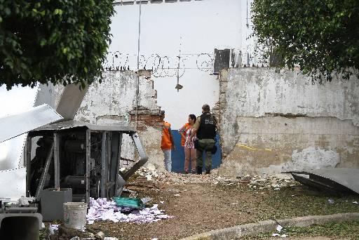 Muro da empresa foi explodido pelos criminosos. Fotos: Julio Jacobina/DP