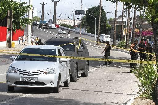 Carros foram deixados nas ruas pelo grupo para atrapalhar a chegada da PM