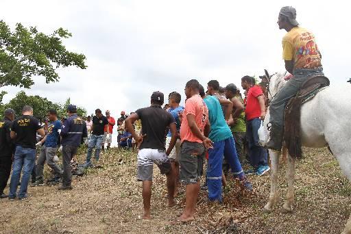 Corpos dos cinco assaltantes estavam em um canavial. Foto: Julio Jacobina