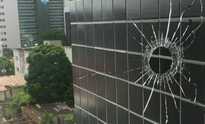 Vidraça do imóvel foi danificada. Foto: WhatsApp/Divulgação