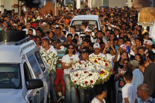 Centenas de pessoas acompanharam o enterro de Edvaldo Alves. Fotos: Ricardo Fernandes/DP