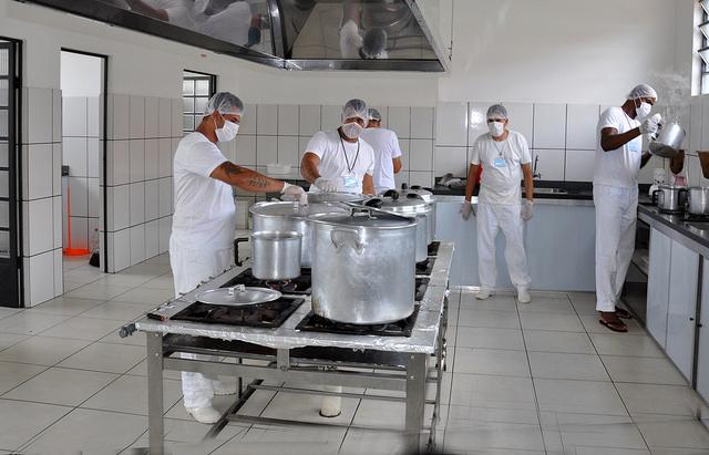 Cozinha da APAC de Sâo João del Rei - recuperandos preparando a refeição. Foto: Apac/Divulgação